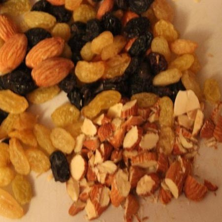 1. Stage. Chop the almonds, add the washed raisins, honey and cinnamon. Mix well.