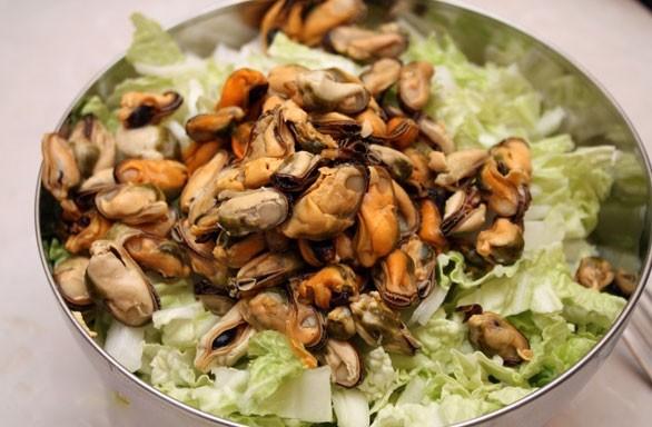 1. Этап. В салат добавьте маринованные мидии.