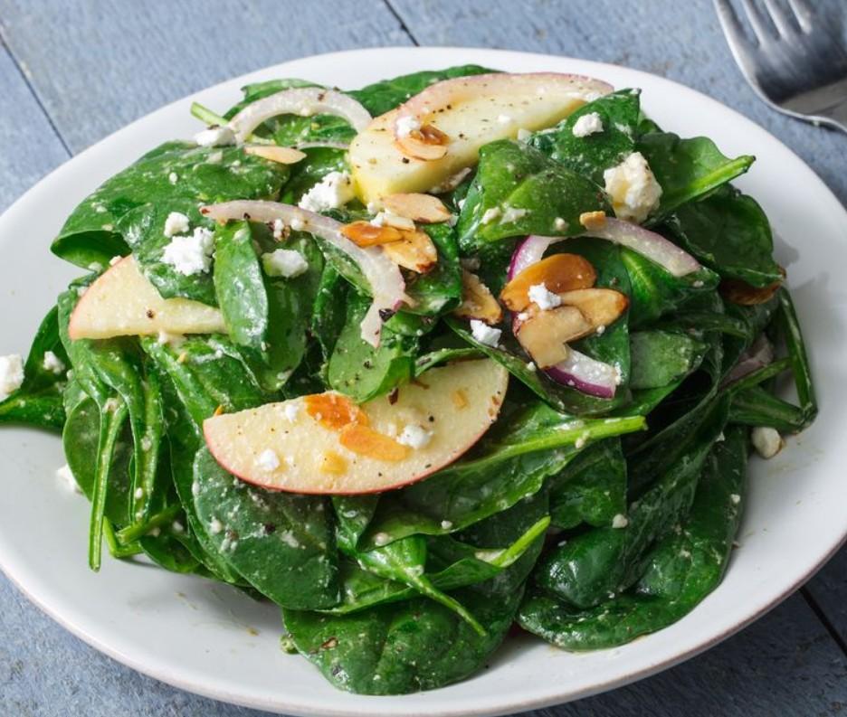 1. Этап. Яблоко нарежьте тонкими дольками, а лук полукольцами. Смешайте все ингредиенты салата в большой миске. Добавьте заправку, перемешайте и сразу подавайте.