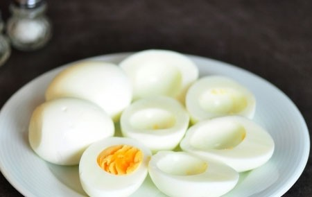 1. Stage. Peel the boiled eggs and cut them in half, remove the yolks.