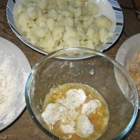 1. Этап. В глубокую миску всыпьте муку, добавьте в неё соль и растертые специи. В другой миске взбейте яйца и так же немного посолите и поперчите. В третью миску высыпьте панировочные сухари. Кусочки капусты сначала обваляйте в муке, затем опустите в яйцо и затем в сухари.