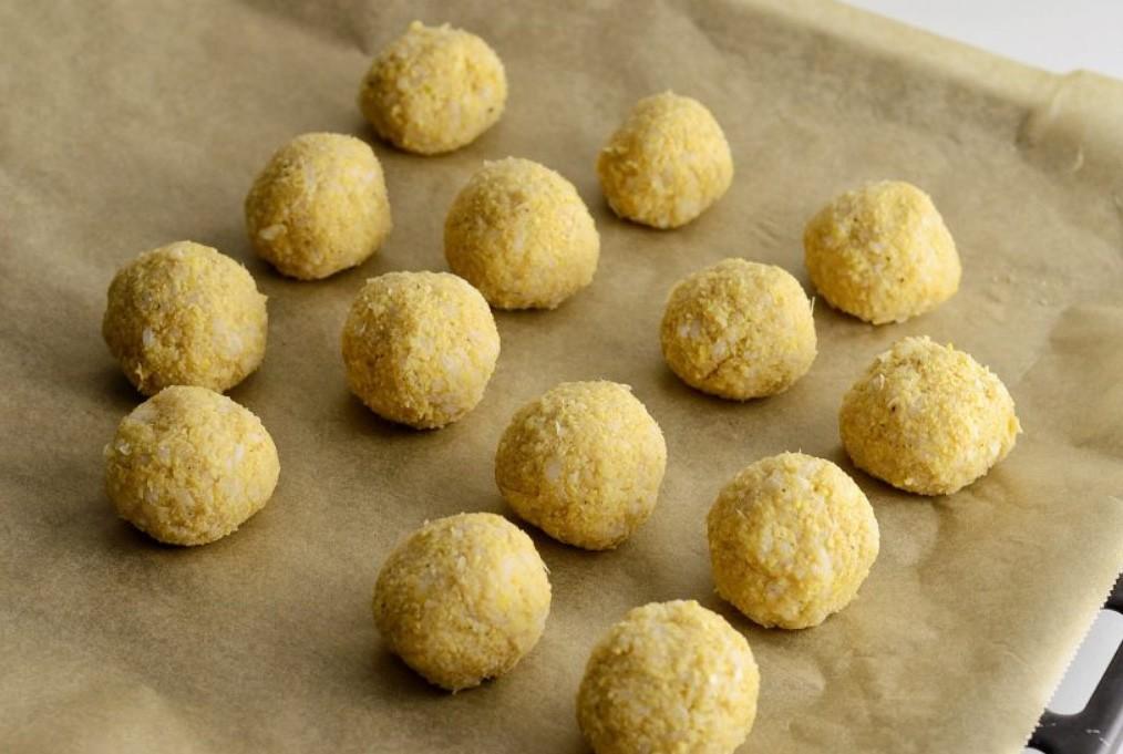 1. Этап. Из готового фарша скатайте небольшие шарики и переложите их на противень застеленный пергаментом. Запекайте при 200 С 20 минут.