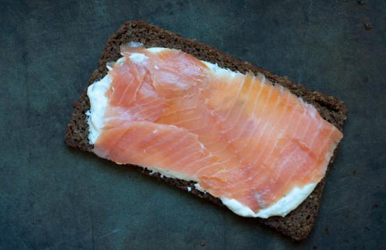 1. Этап. Сверху уложите тонко нарезанного лосося.