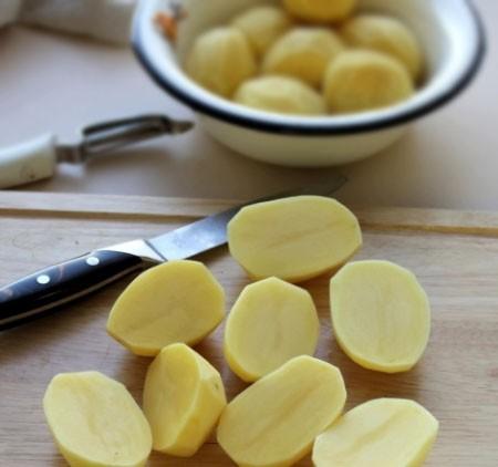 1. Этап. Картофель очистите и нарежьте на крупные дольки. Посолите и приправьте по вкусу.