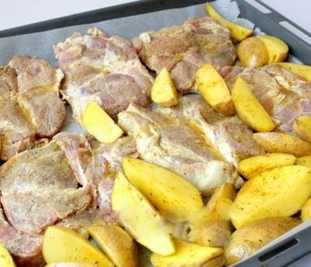 1. Этап. Выложите мясо и картофель на протвинь застеленный пергаментом, запекайте при 200 градусах примерно 45-60 минут.