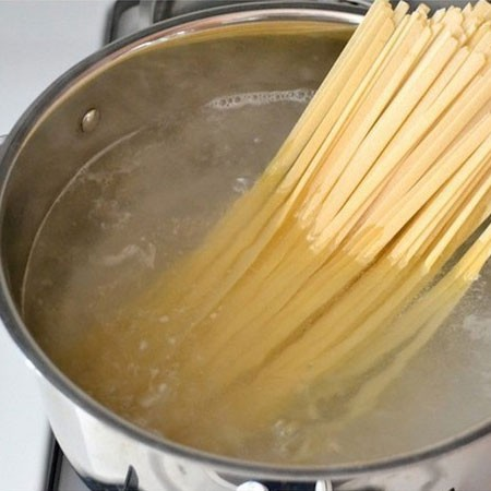 1. Stage. In salted water, boil the paste until tender. Rinse with cold water.