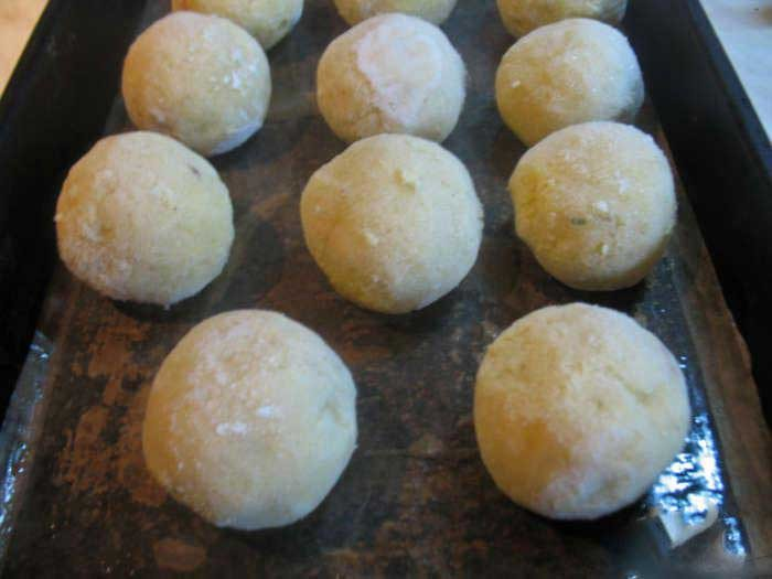 1. Stage. Lubricate the plastic wrap with oil. Spread small portions of the potato mixture with a teaspoon in the middle of the film and tightly assemble the edges to make a <strong>potato ball</strong> .