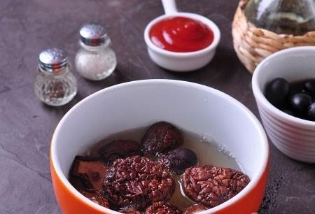 1. Этап. Сушеные грибы залейте кипяченой водой. Фасоль откиньте на сыто.