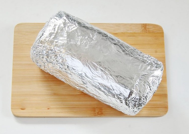 1. Stage. Gently roll and roll tightly into several layers of foil. Bake at 200 degrees 40 minutes.