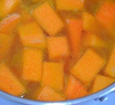 1. Stage. Pour the vegetables with water or broth, cook until the pumpkins are ready.