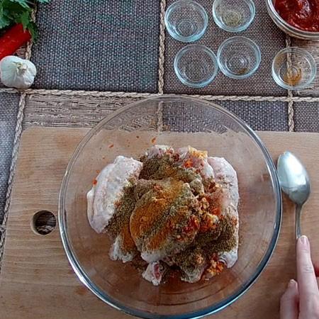 1. Этап. Добавьте все специи и соль. Хорошо перемешайте мясо руками что бы все хорошо покрылось.