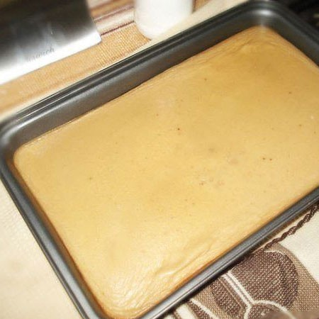 1. Stage. Then add sugar, salt and flour to beat until smooth. Then add eggs and sour cream and beat again. Pour the finished dough into the mold.
