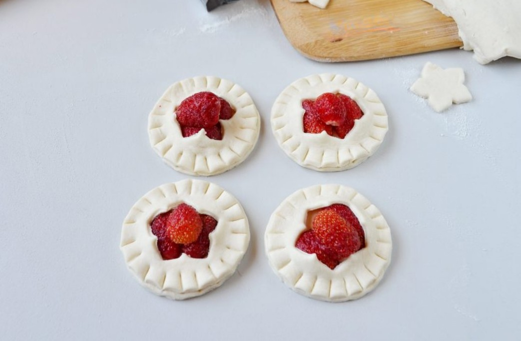 1. Stage. Cover with cut circles and secure the edges with a fork. Make puffs of any shape from the remaining dough.