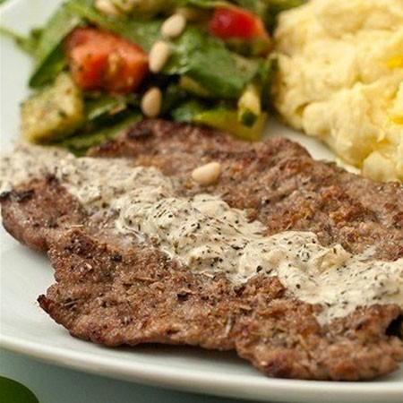 1. Этап. Мясо подавайте с гарниром полив соусом.