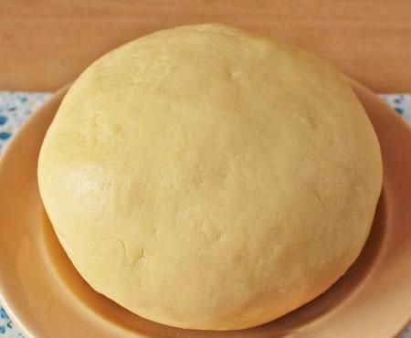 1. Этап. Постепенно добавьте муку с разрыхлителем и замесите мягкое тесто. Поставьте на 20 минут в холодильник.