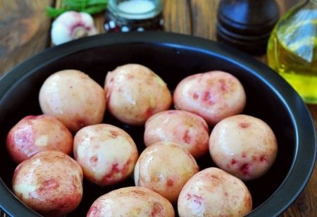 1. Stage. Rinse the potatoes well under running water. Put in a baking dish and grease well with olive oil on all sides.