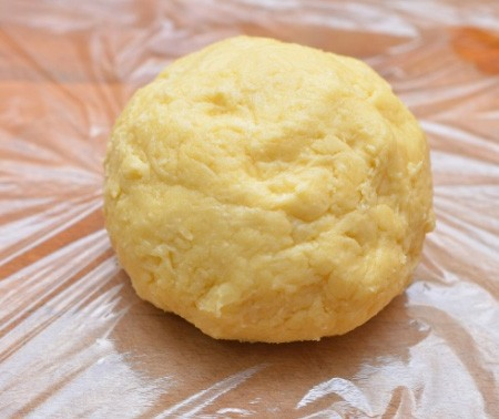 1. Stage. For the test, mix flour, baking powder, sugar 2 tbsp. l., soft butter 100 gr., salt, sour cream and a beaten egg. Knead the dough and refrigerate for half an hour.