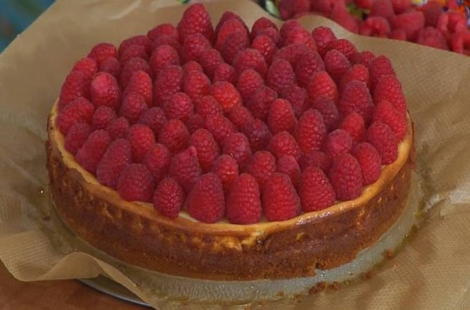 1. Stage. Cool the cake and remove from the mold, garnish with raspberries and serve.