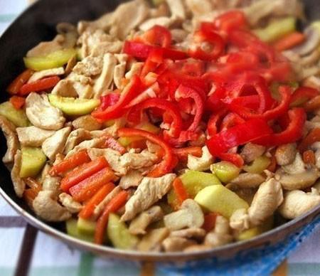 1. Этап. После 5 минутного приготовления добавьте нарезанный соломкой красный сладкий перец.