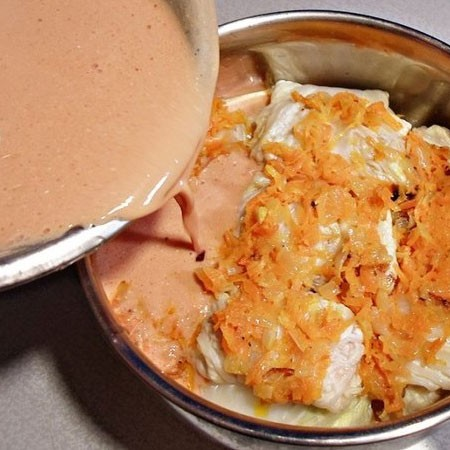 1. Stage. Prepare the sauce by mixing sour cream with tomato paste and broth, season to taste and mix well. Pour the finished fill onto cabbage rolls, add the remaining roast.