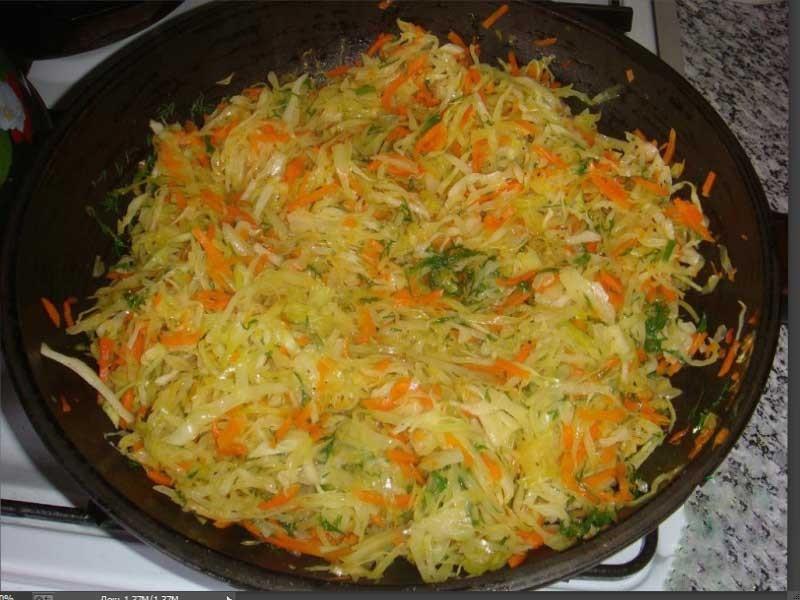 1. Этап. Тем временем разогреть масло в сковороде, добавить лук, морковь и капусту и обжаривать 5 минут.