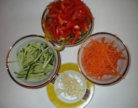 1. Этап. Овощи нарежьте соломкой, чеснок мелко нарежьте.