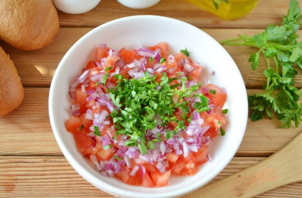 1. Этап. Приготовьте соус. Мелко нарежьте красный лук, помидоры очищенные от кожуры и петрушку. Все смешайте, добавьте сахар и уксус, хорошо перемешайте.