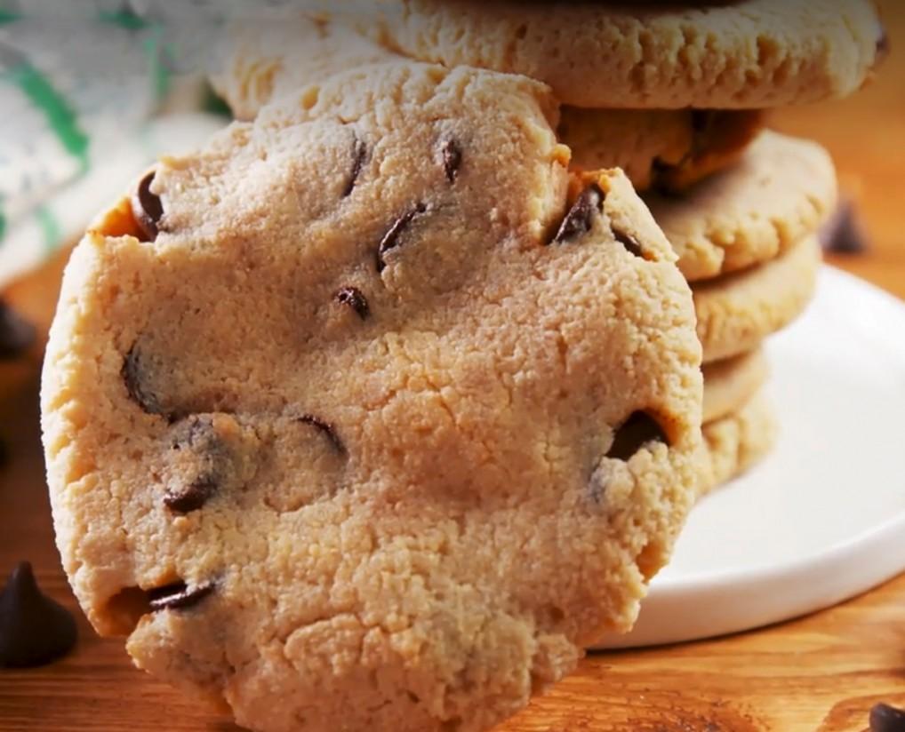 1. Этап. Выпекайте, пока печенье не станет слегка золотистым, примерно 15-20 минут.