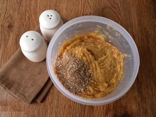 1. Этап. Филе вместе с луком и яйцами взбейте блендером. Добавьте соль, перец и отруби.