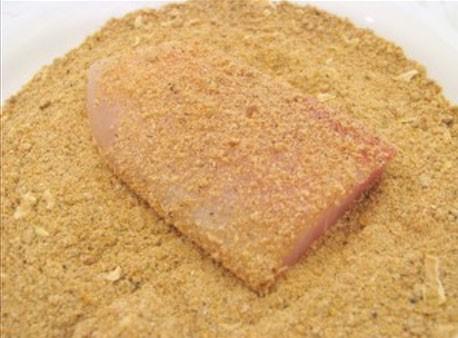 1. Этап. Рыбу нарезать средними кусочками, панировочные сухари смешайте с солью и специями, обваляйте со всех сторон рыбу.