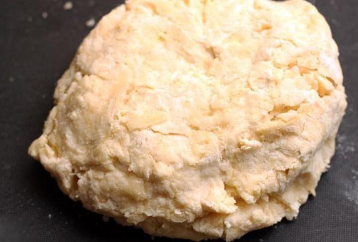 1. Этап. Влейте молоко, перемешайте, затем добавьте соль, муку и разрыхлитель. Быстро замесите тесто. Тесто заверните в пищевую пленку или в пакет, положите в холодильник на 10 минут.