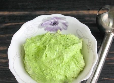 1. Этап. Добавьте к шпинату творог, майонез и немного соли. Перебейте до однородного состояния, если масса получится слишком густой тогда немного разбавьте молоком.