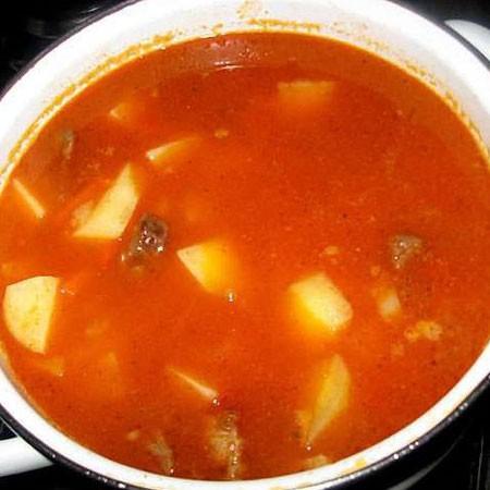 1. Этап. Высыпать мясо в кастрюлю, залить водой и добавить картофель. Приправить по вкусу, варить до готовности картофеля.