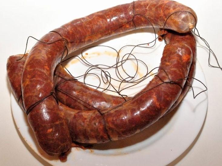 1. Этап. Готовую подчереву плотно наполните мясом. Повесьте колбасу вялиться в темном месте и вяльте примерно при 18 градусах около 3 недель или же по вашему усмотрению. Можете вялить в холодильнику на дверцах.