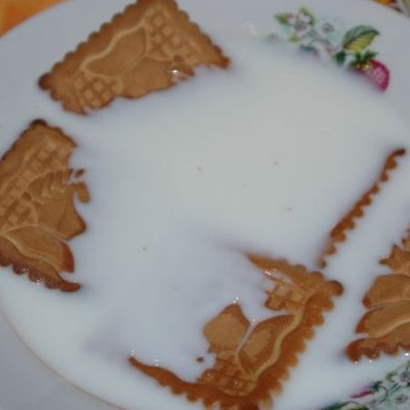 1. Этап. Смешайте Бейлис, молоко и остальную сахарную пудру. Окуните печенье в молочную смесь. Оставьте на 20-30 секунд, чтобы оно размякло, но не передержите.