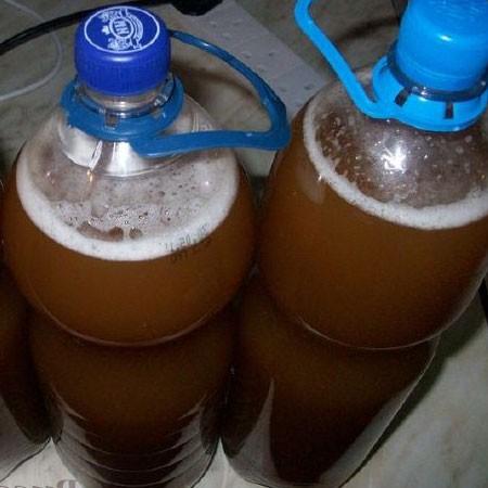 1. Этап. Квас постоянно помешивая разлейте по бутылкам, плотно закройте крышками и оставьте еще на 4-6 часов при комнатной температуре.