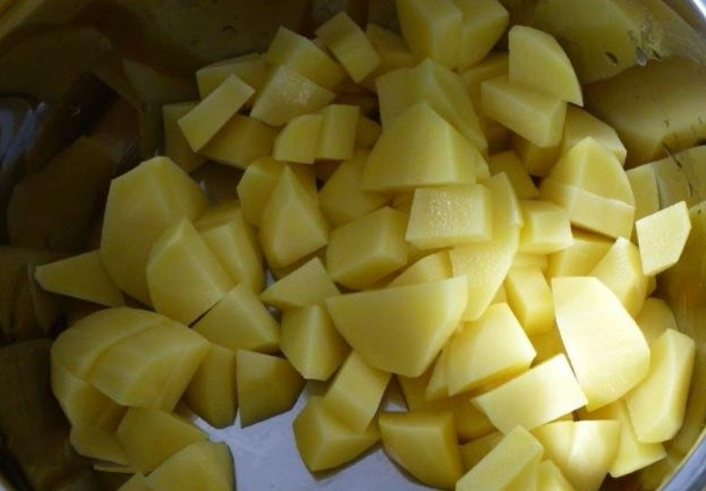 1. Stage. Peel the potatoes, cut into cubes and send to the pot for meat, cook until the potatoes are ready.