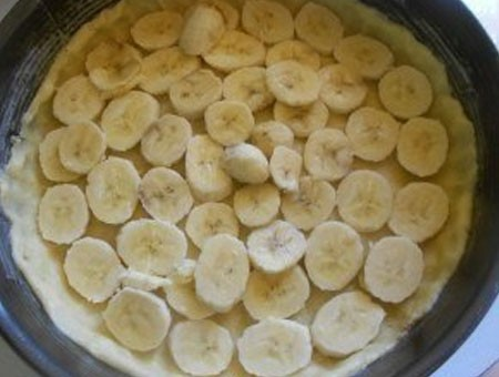 1. Stage. Lubricate the baking dish with a little oil and lay out the rolled dough forming the sides. Put the sliced bananas on the dough and place in the refrigerator.