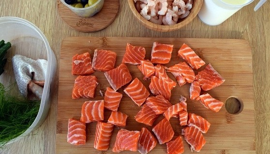 1. Stage. In salmon, remove the skin, cut into cubes and add to the pan. Cook for 5 minutes.