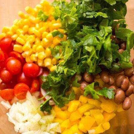 1. Этап. Смешайте в салатнику кукурузу, фасоль, мелко нарезанный лук, перец, измельченную петрушку и помидоры кусочками.