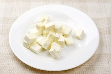 1. Stage. Cut the cheese into medium cubes.