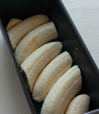1. Stage. Cut the bananas lengthwise and lay them down.