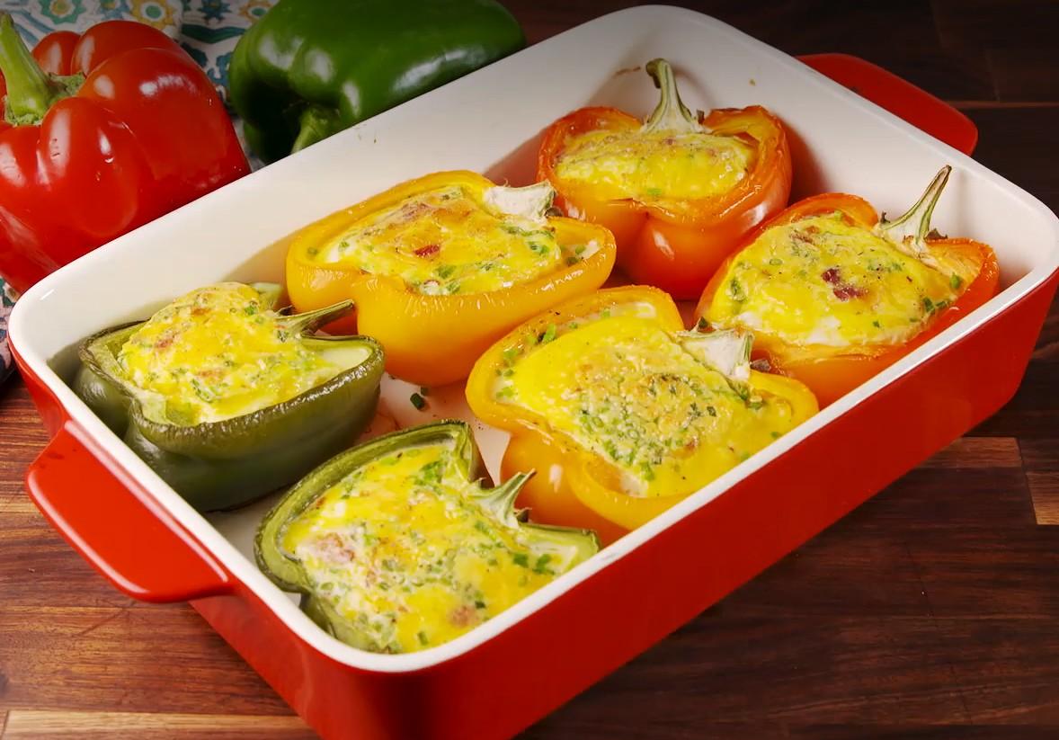 1. Этап. В перец влейте яичную смесь. Поставьте обратно в духовку и запекайте еще 35-40 минут. Украсьте зеленью и подавайте.