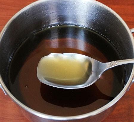 1. Этап. Из воды и сахара нужно сварить сироп. Варите на медленном огне после закипания 10 минут постоянно помешивая, у него должен быть коричневого цвета и густым. Охладите до комнатной температуры.