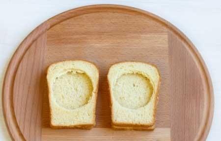 1. Этап. Выложите вырезанный хлеб на целый, у вас получится 4 высокие гренки.