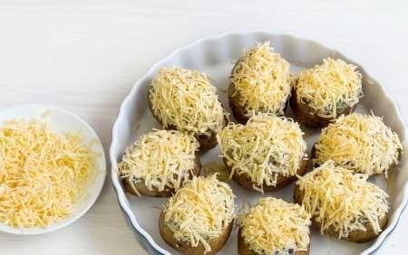1. Этап. Переложите картофель в смазанную форму, посыпьте тертым сыром и запекайте при 200 градусах около 20 минут.