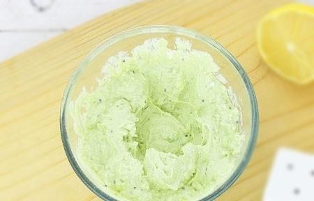 1. Этап. Для крема взбейте до однородности творог с очищенным киви и авокадо, приправьте по вкусу и добавьте сок лимона.