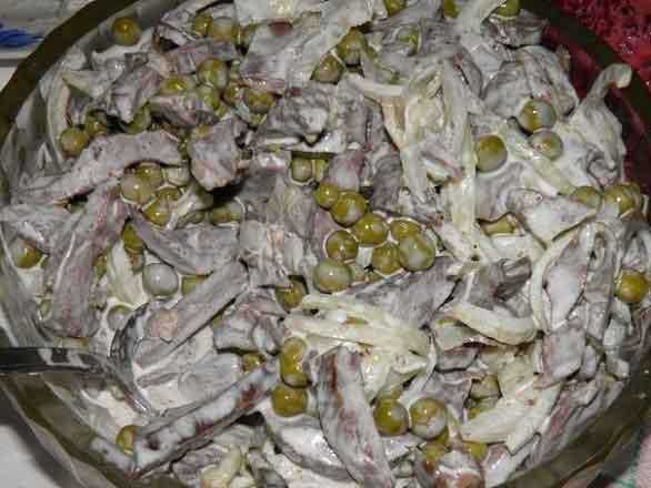 1. Stage. Cut the meat into strips and mix with peas and onions, then grease everything with mayonnaise.