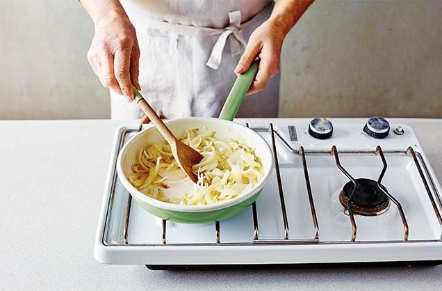 1. Этап. Нагреть на сковороде масло на медленном огне. Добавьте лук, накройте крышкой и жарьте в течение 15 минут, периодически помешивая.  Чтобы добавить ему дополнительный вкусу, добавьте немного мелко нарезанного розмарина или тимьяна течение последней минуты варки.