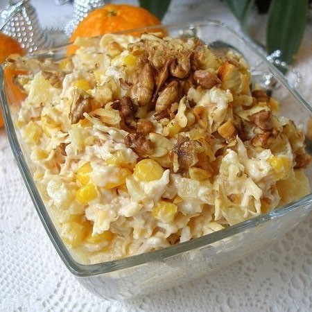 1. Stage. <strong>Chicken salad with cheese and pineapple is</strong> ready, put in a salad bowl and garnish with the remaining nuts.